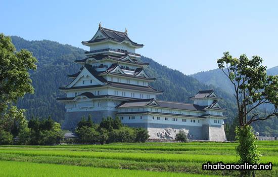 Thành Katsuyama với tháp Tenshukaku cao nhất Nhật Bản