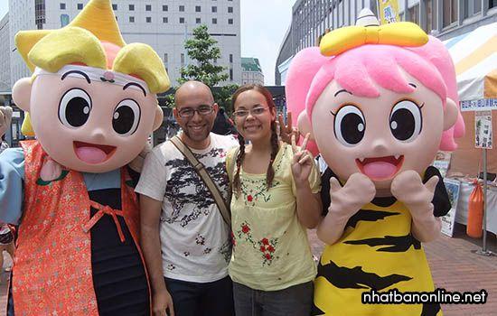 Momochi - linh vật của tỉnh Okayama Nhật Bản (bên tay trái)