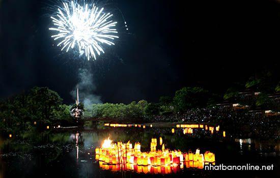 Bắn pháo hoa trong lễ hội Obon