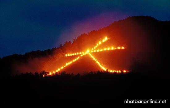 Lễ dâng lửa được đốt trên núi (chữ Đại)