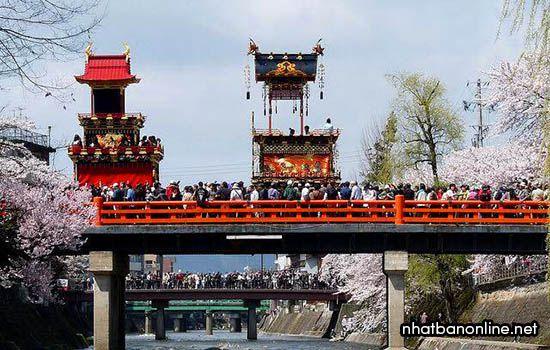 Rước kiệu qua cầu trong lễ hội truyền thống Takayama ở tỉnh Gifu Nhật Bản