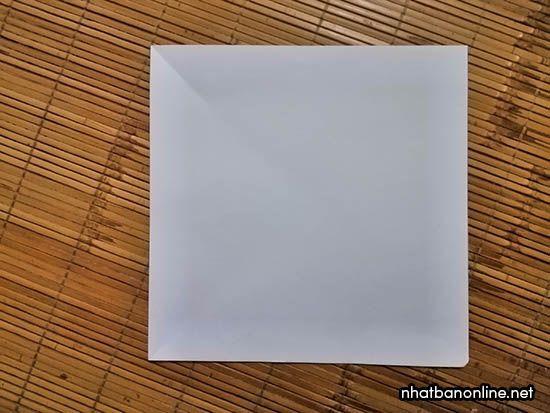 Chuẩn bị một tờ giấy vuông