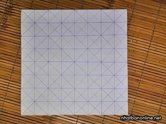 Gấp theo các đường kẻ để tạo thành các nếp gấp trên tờ giấy