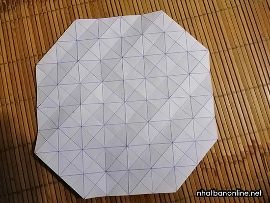 Gấp 4 góc vào như hình (chú ý gấp 2 ô vào)