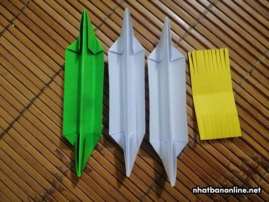 Xếp nhóm 2 tờ giấy trắng, 1 tờ giấy xanh và 1 giấy vàng