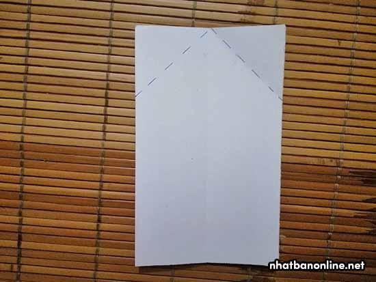 Gấp 2 mép giấy vào theo nếp như trên hình
